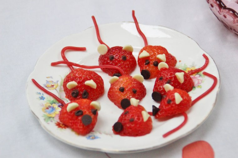 cat-party-strawberry-mice