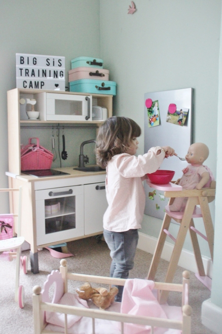 big-sister-training-camp-pregnancy-accouncement-feeding
