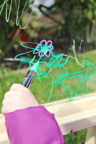 acrylic-plexiglass-perspex-outdoor-easel-DIY-3